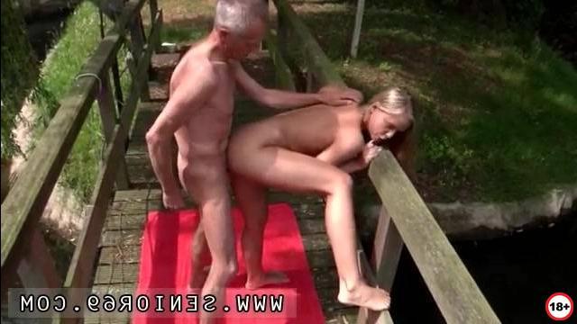 Порно мамки измены сперма из пизды