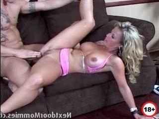 Шикарная блондинки изменяет мужу на кухне порно
