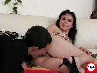Молодая мамаша изменяет мужу со старым любовником