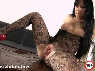 Жена изменяет мужу он подсматривает в щель и присоеденя к им порно видео