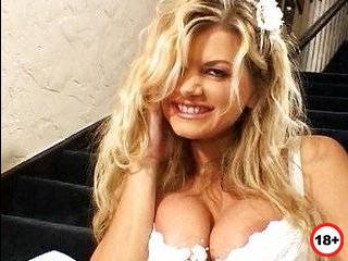 Блондинка перед свадьбой изменила на полу в туалете