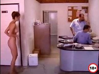 Порно измена мужьям в офисе